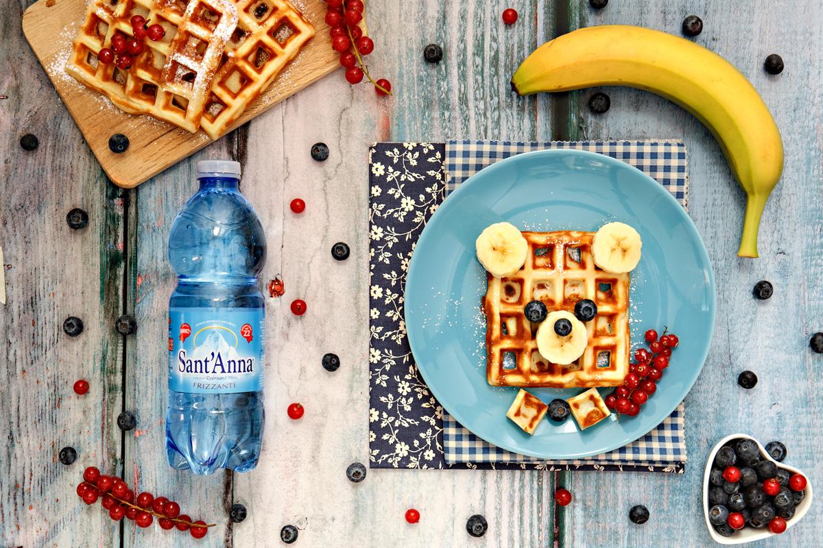 """Waffle """"orsetto"""" alla vaniglia con mirtilli e banane"""