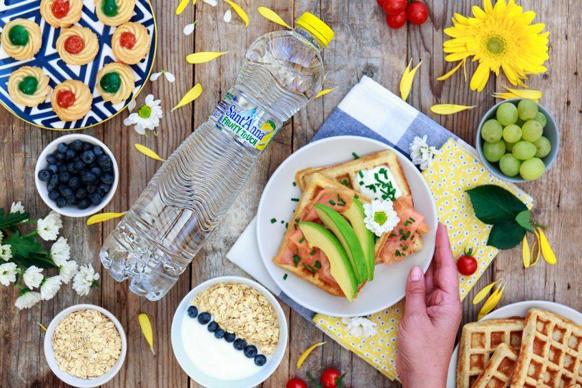 Waffle con avocado, salmone ed erba cipollina.