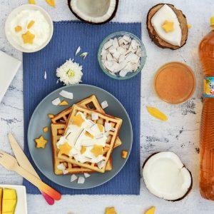 Waffle con yogurt greco, mango e cocco